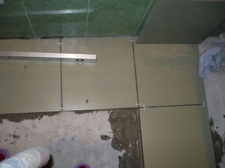 Как клеить плитку в туалете