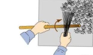 нанесение штукатурки шуба с помощью веника